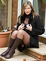 nylons revealed in cold outdoors - Vintage Milfs